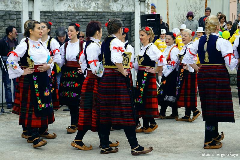 Фольклорный ансамбль танцует коло