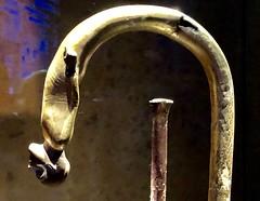Canne en bois doré avec poignée courbée ornée d'une statuette de prisonnier asiatique et virole en faïence égyptienne bleue, 1336-1326 av. J.-C.