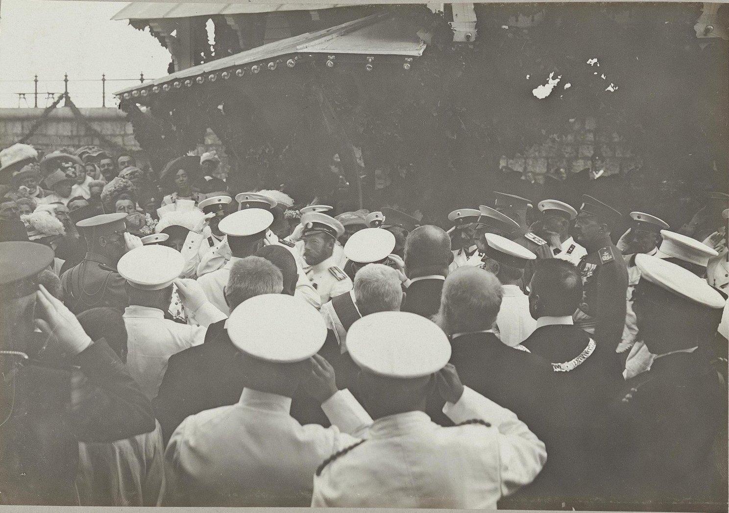 07. Император Николай II среди встречающих
