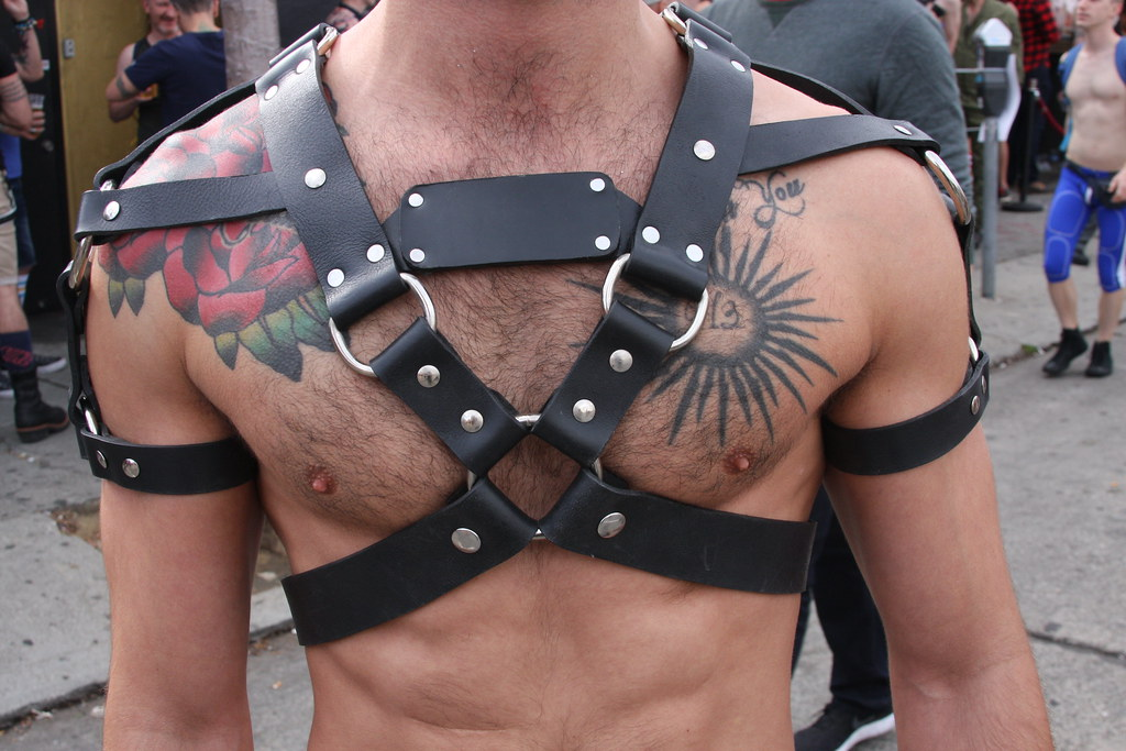 DAMN HOT TATD MUSCLE HUNK ! ~ FOLSOM STREET FAIR 2018 !  ( safe photo )