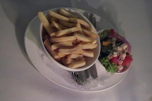 Frites und Salat