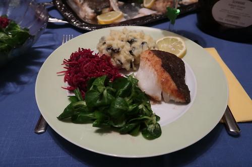 Skrei mit Olivenkartoffelstampf, Rotkohlsalat und Feldsalat (mein erster Teller)