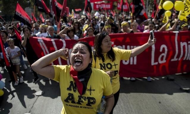 Desde 2015, chilenos tomam as ruas contra modelo privado de aposentadoria; na foto, manifestação em Santiago em março de 2017 - Créditos: Martin Bernetti / AFP