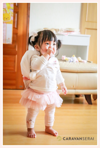 一升餅を背負って歩く1歳の女の子