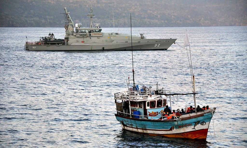 2012年,一台載有尋求庇護的難民的漁船,遭遇澳洲海軍巡邏船。(圖片來源:Scott Fisher/EPA)