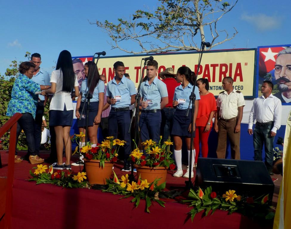 Jóvenes de Baracoa reciben el carnet de militantes de la Unión de Jóvenes Comunistas, UJC