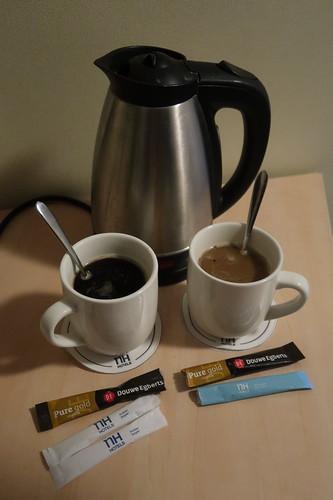 Instant-Kaffee mit Zucker bzw. mit Milchpulver (morgens auf unserem Hotelzimmer zubereitet)