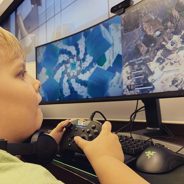 Ezra is playing Apex Legends at the Microsoft store.