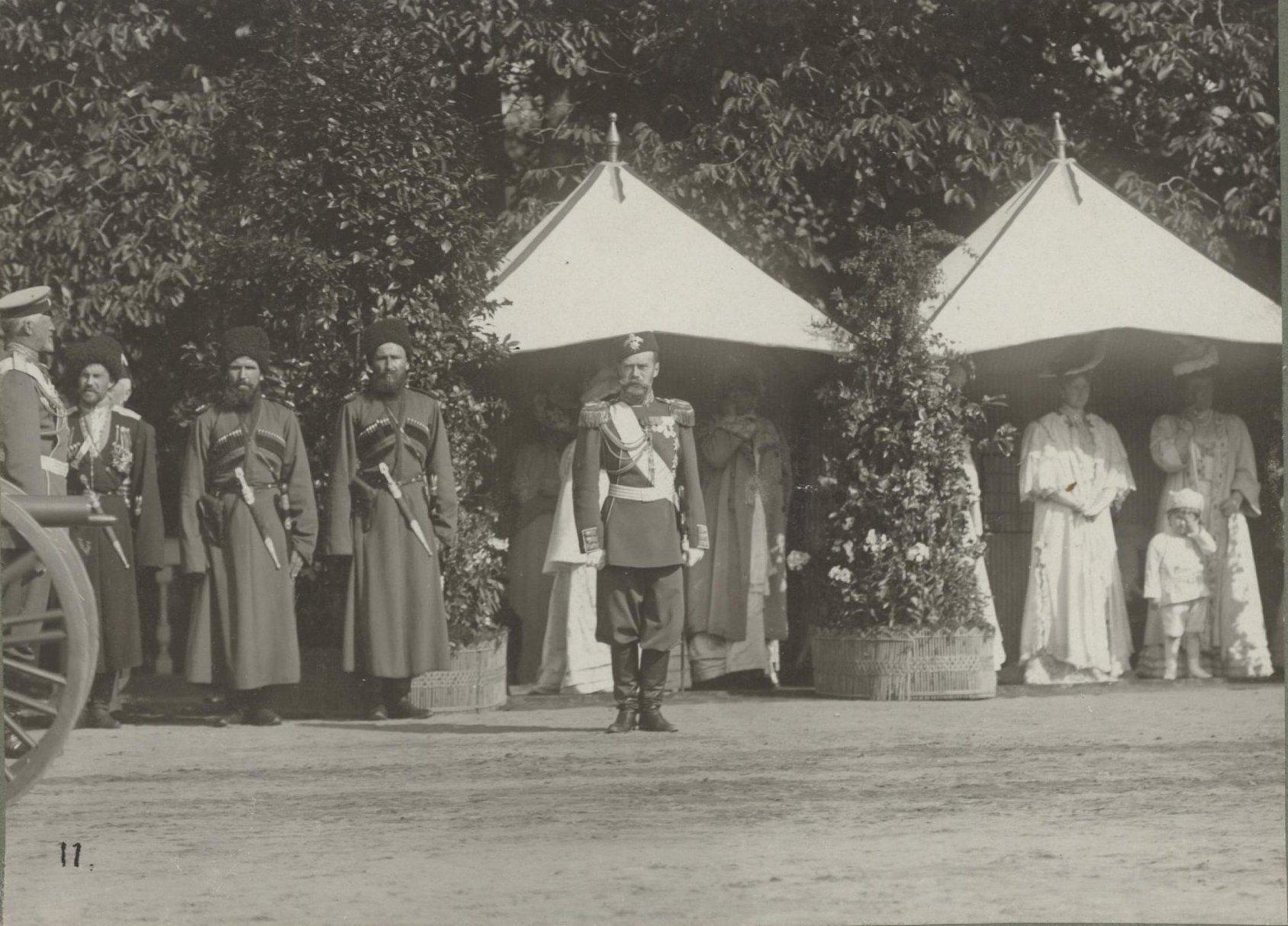 1906. Император Николай II принимает парад