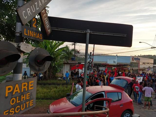 Mulheres fecham ferrovia denunciando ameaças do modelo predatório de mineração e em memória de Marielle - Créditos: Agatha Azevedo/MST