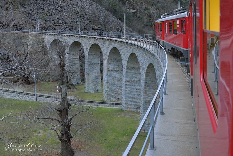 Train sur le viaduc avant de terminer sa spirale sur le flanc de la montagne - Viaduc hélicoïdal de Brusio  - Bernina Express -  Voyage Bernard Grua - Rhätische Bahn, Chemins de fer rhétiques