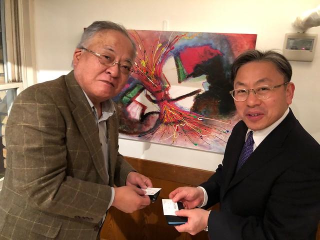 虎の門病院 谷口修一副院長と、東京女子医科大学 村垣善浩教授の、二度目の名刺交換。医師と医師の命のリレー。
