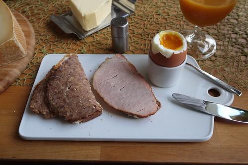 Hackbraten und Lachsbraten auf frisch gebackenem Brot zum Frühstücksei