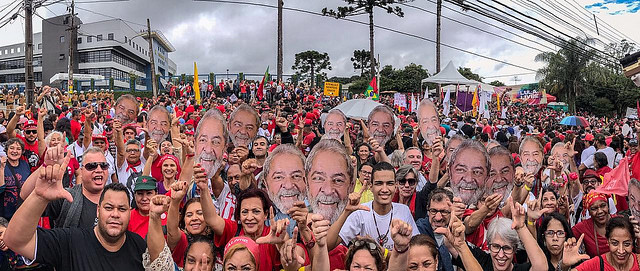Over 10,000 people protested Sunday outside the Federal Police headquarters where Lula has been held for the last year - Créditos: Ricardo Stuckert