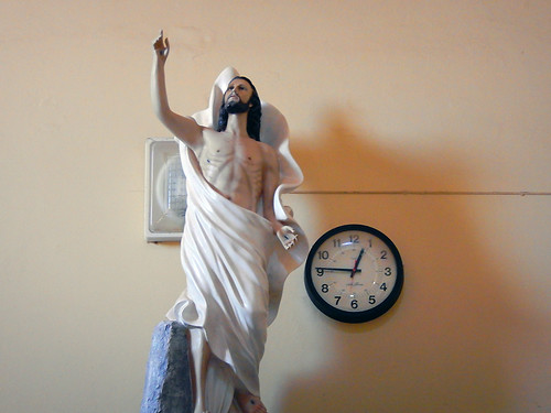 Mascota, Mexico: Clock and a statue of Jesus in the local church