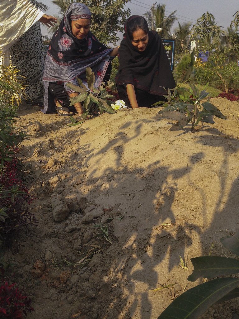 Saydia and Asfia at Bhabi's grave 0133