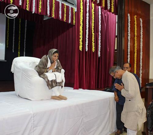 Shri Mridul Kumar, High Commissioner of India seeking blessings