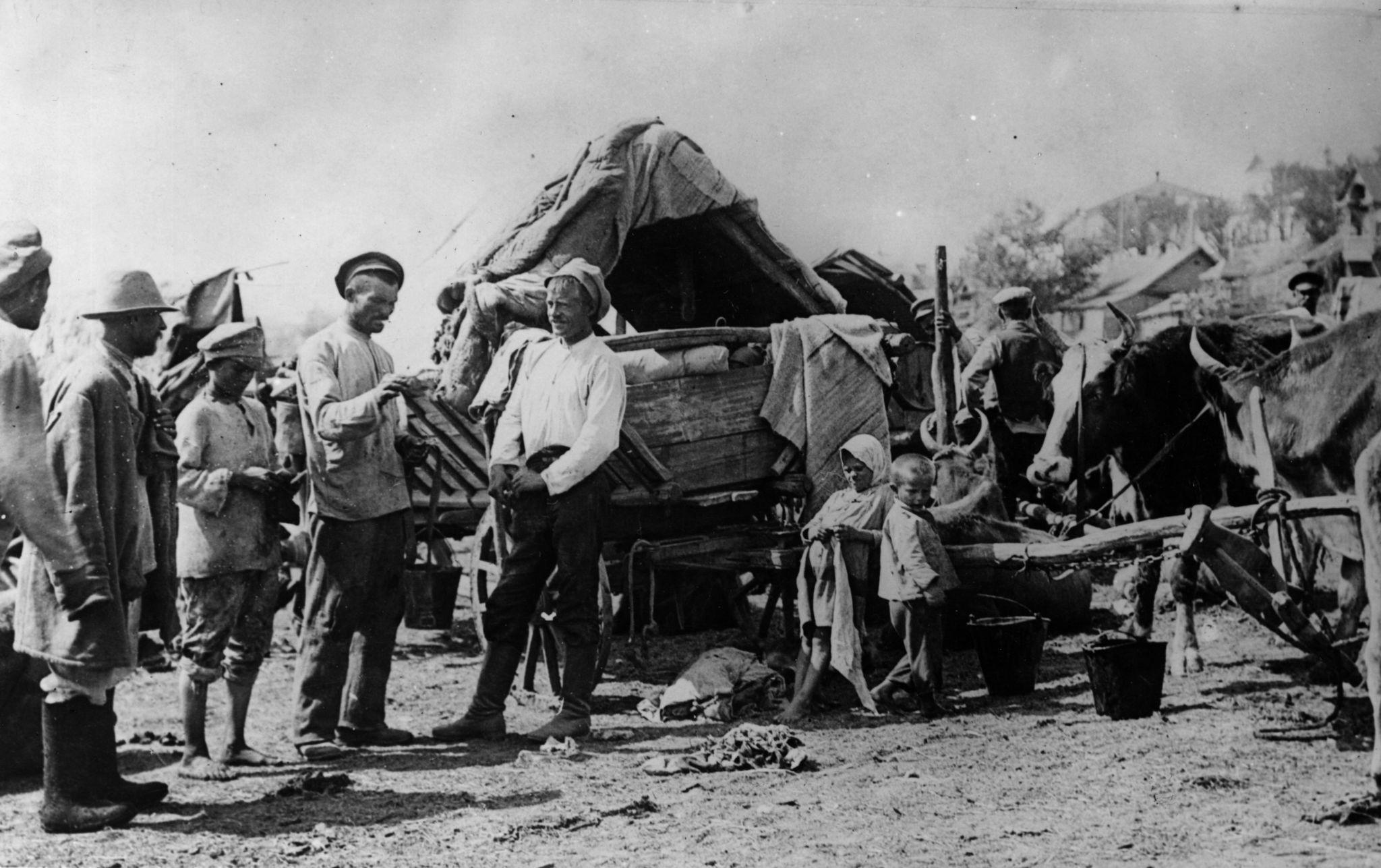 Голодные беженцы в лагере города Камышина