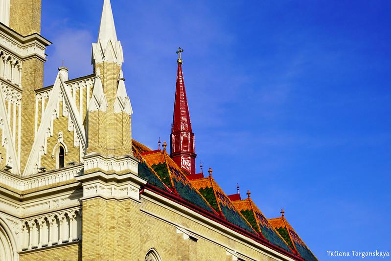 Верхняя часть фасада церкви Девы Марии
