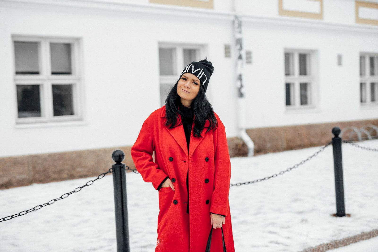 punainen takki asu