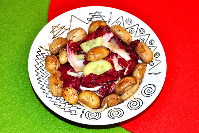 Radicchio-Salat mit Gurken und gebratenen Champignons ... Foto: Brigitte Stolle