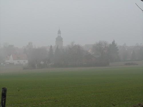20110316 0203 115 Jakobus Feld Nebel Ortschaft