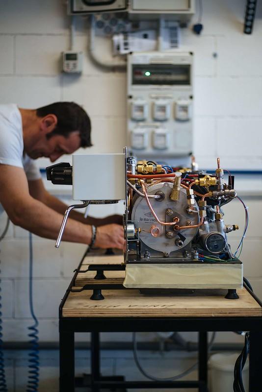 Một kỹ sư trong nhà máy Espresso của La-marzocco