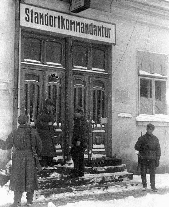 Орткомендатура і вона ж радянська  розташовувався на повороті з Соборної на Дубенську