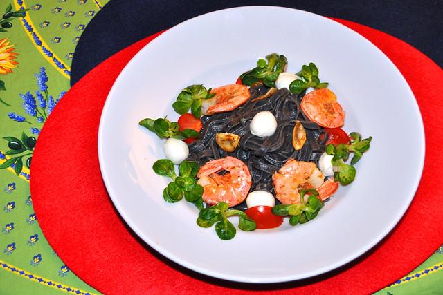 März 2019: Schwarze Tagliatelle, gebratene Garnelen, weiße Mozzarella-Kügelchen, Feldsalat ... lecker und bunt ... Foto: Brigitte Stolle