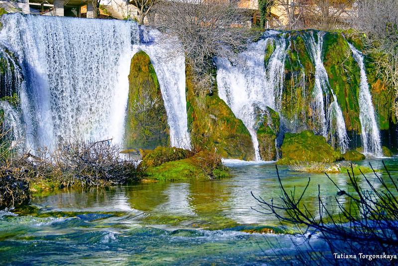 Вид снизу на водопад Провалие