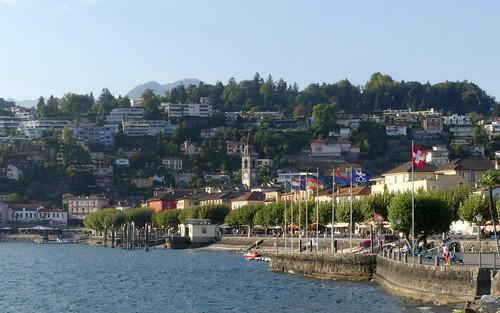 Lungolago ad Ascona; svetta il Campanile della Chiesa dei Santi Pietro e Paolo. Canton Ticino, Svizzera