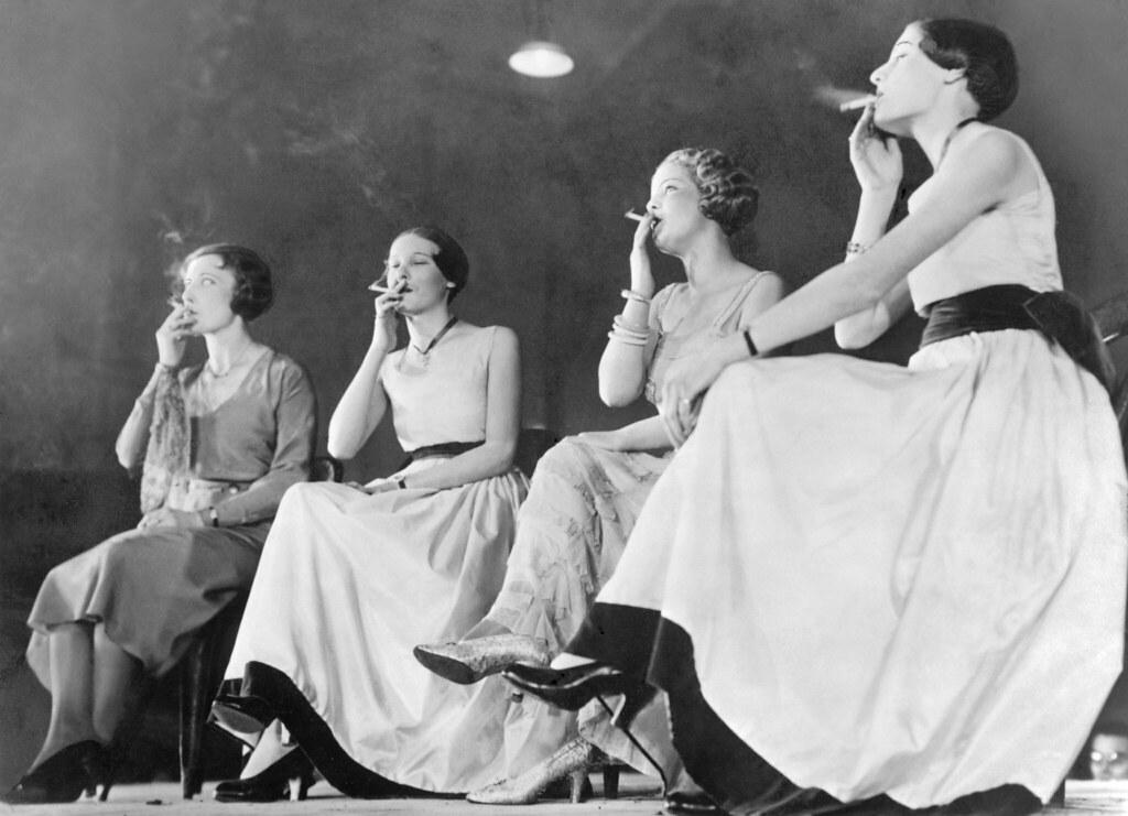 1932. Четыре молодые женщины во время конкурса «Самый элегантный метод курения» в Париже.