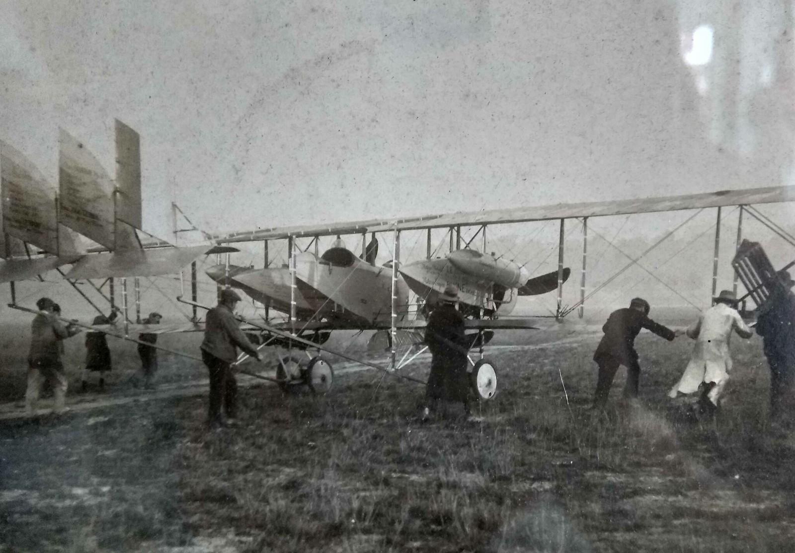 Caudron G-4 1/48 , Etienne Poulet et Jean Benoist, Paris-Melbourne 1919. Decals Meliusmanu 46637656771_44b609bfc9_h