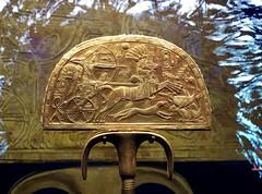 """Eventail dit """" de la chasse à l'autruche """" en bois doré, 1336-1326 av. J.-C."""