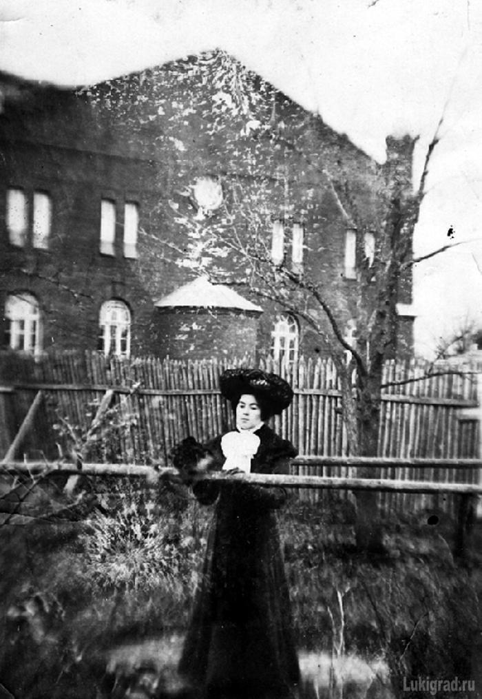 Мария Яковлевна Ковзан на фоне синагоги