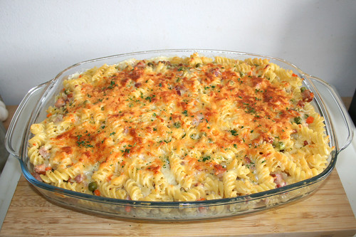 39 - Creamy ham pasta bake with sour cream - Finished baking / Cremiger Schinken-Nudelauflauf mit Sauerrahm - Fertig gebacken
