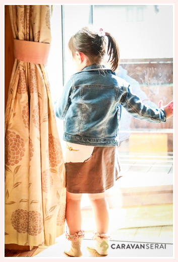 4歳の女の子の後ろ姿