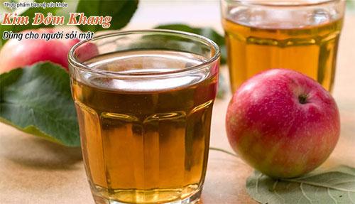 Uống nước giấm táo pha loãng trong nước ép táo giúp cắt cơn đau do sỏi mật