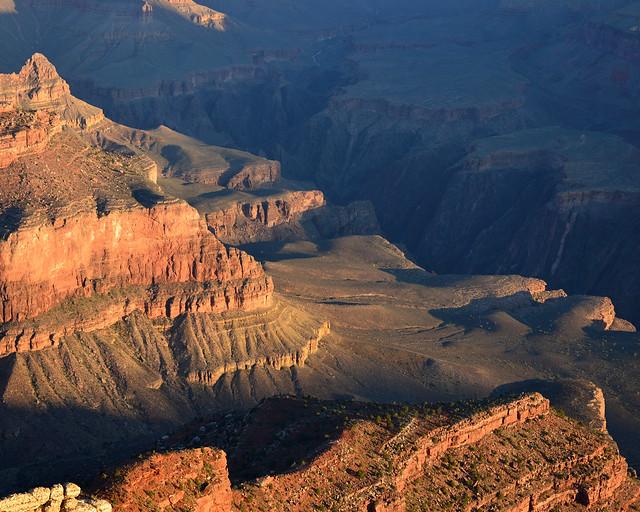 Gran Cañón del Colorado iluminado por los rayos de sol del amanecer