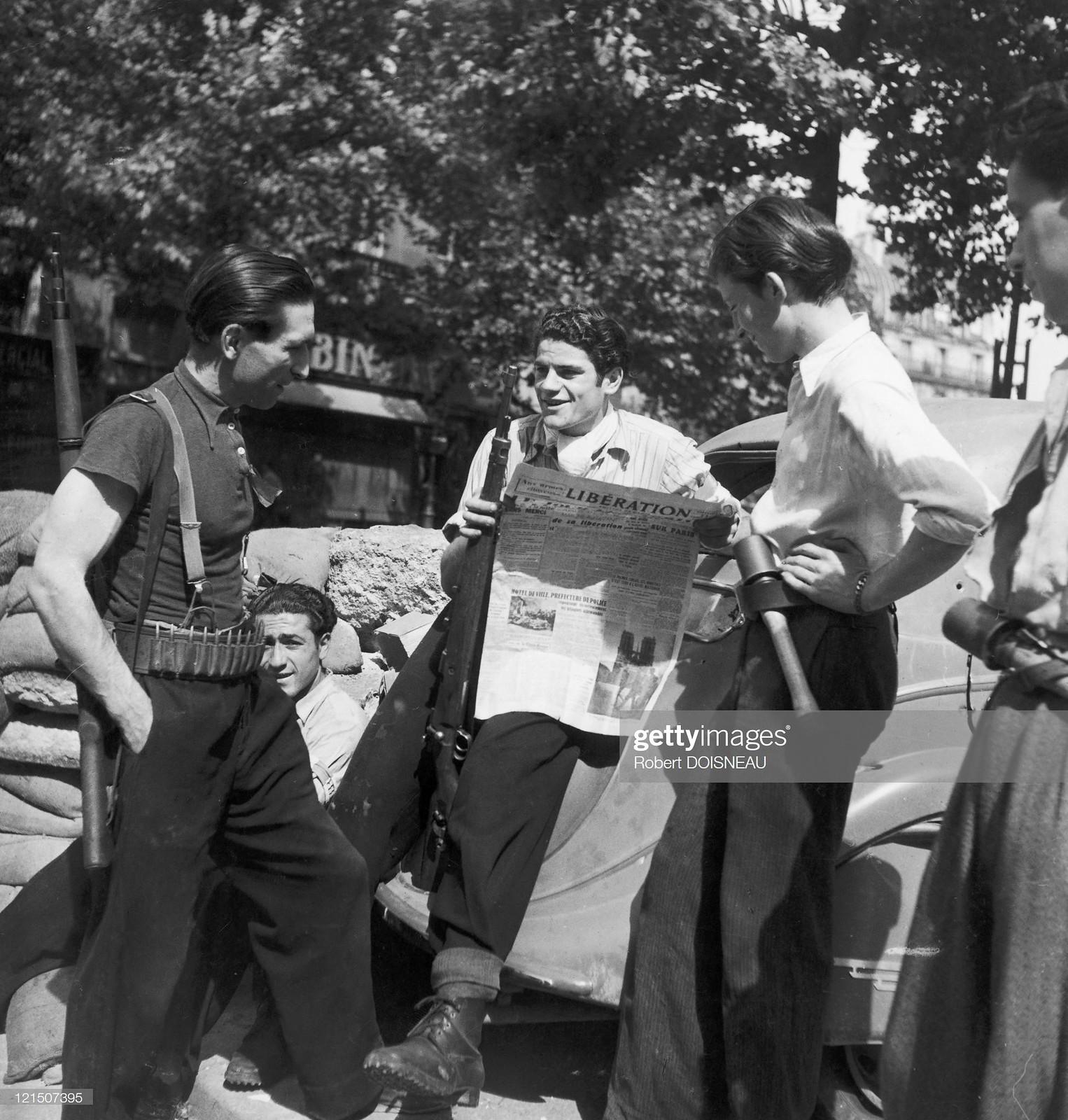 1944. Некоторые члены французского Сопротивления читают на баррикадах подпольную газету «Liberation», официально продававшуюся с 21 августа