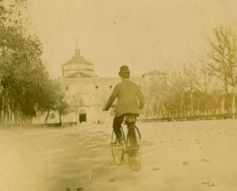 Un hombre en bicicleta en el Paseo de Merchán (detalle). Álbum con fotografías de Toledo hacia 1890. Fototeca del Museo del Ejército, signatura MUE 120476
