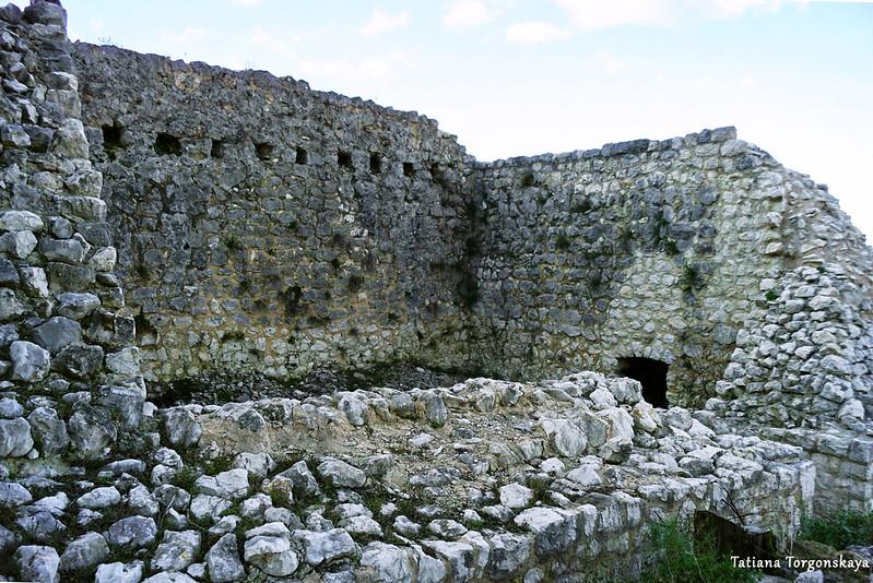 Разрушенная постройка внутри нижнего уровня крепости