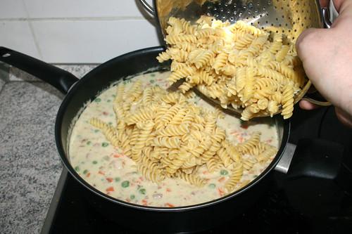 30 - Nudeln in Sauce geben / Put pasta in sauce