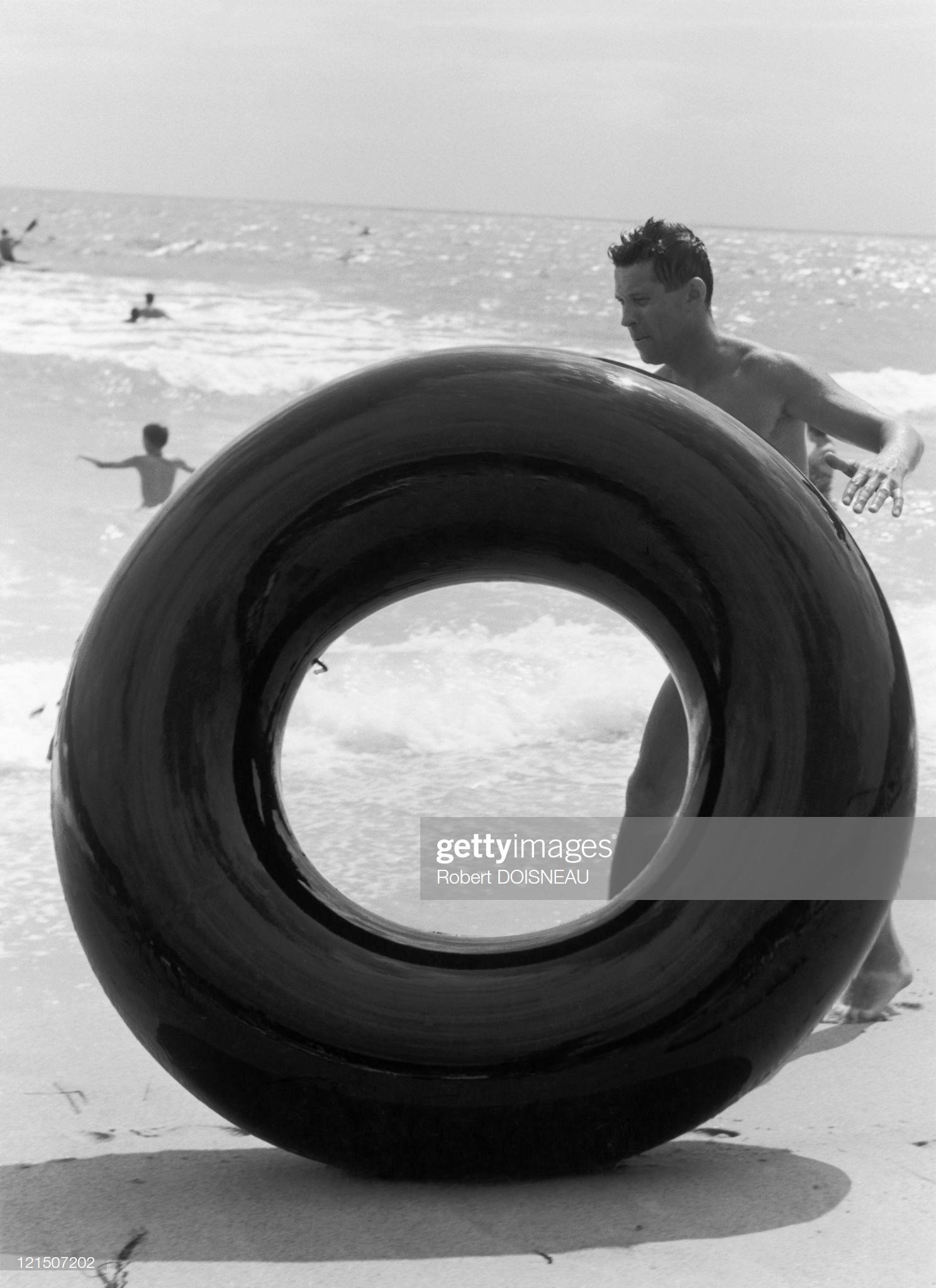 Отдыхающий толкает свой резиновый круг