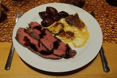 Roastbeef mit Rotweinsud, Kartoffelgratin und Rotweinschalotten (mein 1. Teller)