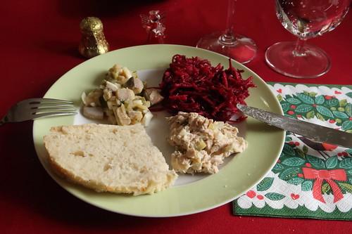 Rote Bete Salat, Häckerle und Thunfischcreme zu Weißbrot