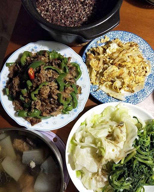 20190219 ✓燙青菜 ✓洋蔥炒蛋 ✓青椒炒牛肉 ✓香菇冬瓜排骨湯 ✓鍋煮五色米飯 #葛蘿的餐桌