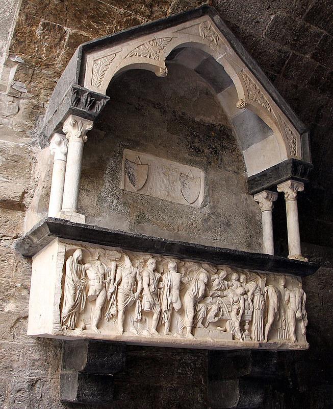 Tomba_di_incisa_vivaldi_(1304)_con_un_sarcofago_con_la_morte_di_fedra_del_II_sec._(copia)_01