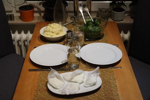 Pochierte Eier auf mit Ziegenkäse verfeinertem Kartoffelstampf zu Blattspinat-Salat (Tischbild)