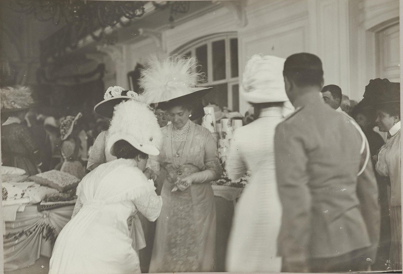 15. Императрица Александра Федоровна на благотворительном базаре